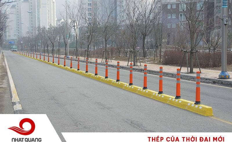 Thép ứng dụng để sản xuất các cọc tiêu giao thông giúp phân cách các khu vực