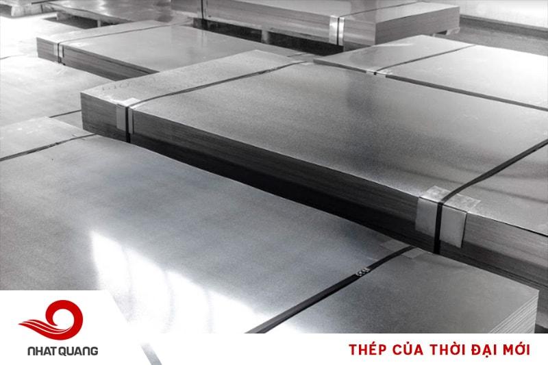 Thép tấm cán nóng là loại phôi thép được cán mỏng bằng máy cán nóng ở nhiệt độ cao